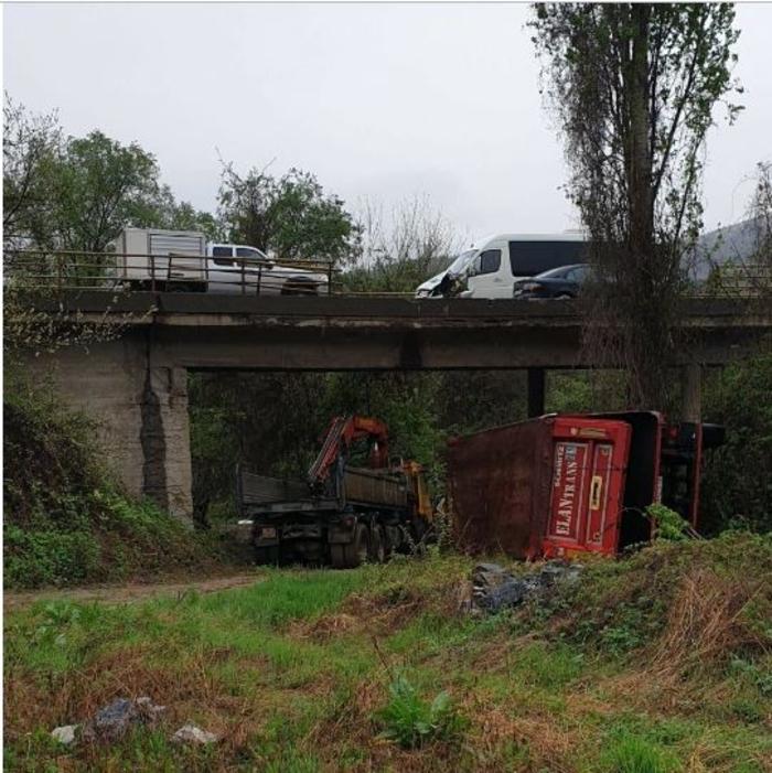Детали за тешката сообраќајна несреќа утрово: Се судрија камион и автобус