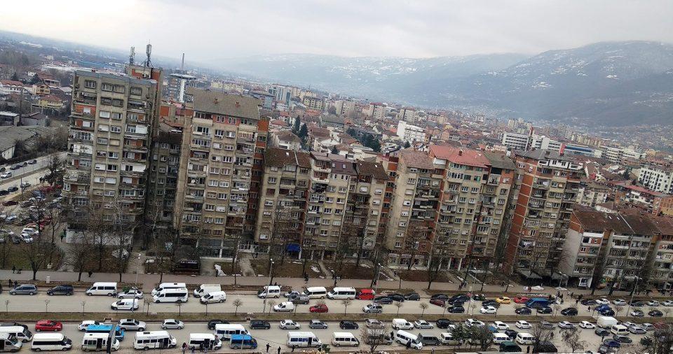 Учениците во Тетово и Гостивар ги возат возачи без дозвола и со претоварени комбиња