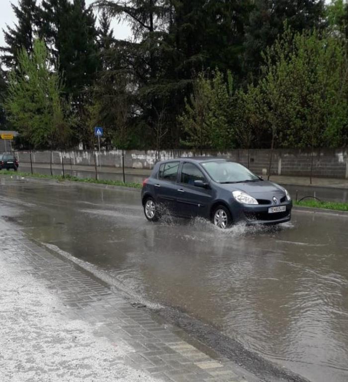 """Дождот создаде """"улична река"""" во Тетово – тротоарите полни со вода"""