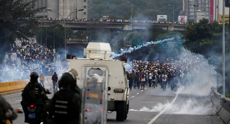 Венецуела пред граѓанска војна: Оклопни возила и судири на улиците во Каракас