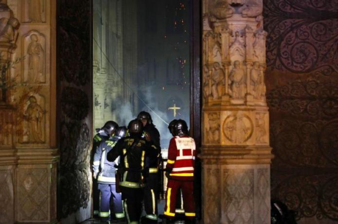 Крстот стои исправен, розетниот прозорец не е уништен, први фотографии од внатрешноста на Нотр Дам