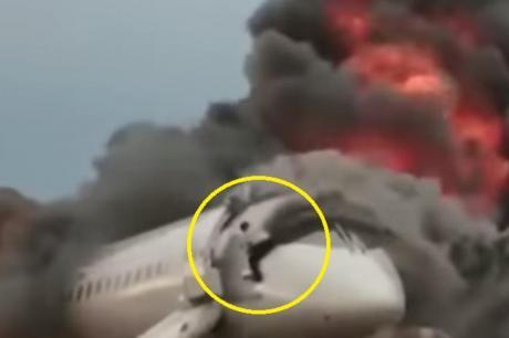 ВИДЕО: Тој е херојот на Русија- сите бегаа од запалениот авион, а тој се врати назад за да ги спаси другите