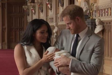 ФОТО: Се случи и тоа- кралицата Елизабета го запозна Арчи, посебен момент во палатата
