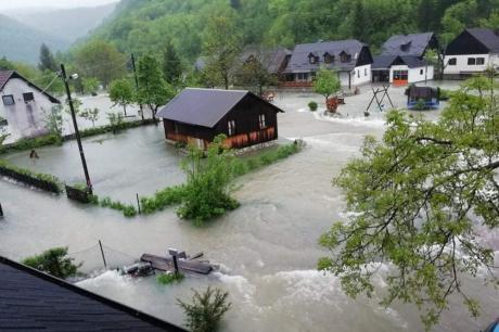 Драматично и во Хрватска: Цело село под вода, а нивото на реките брзо расте (ВИДЕО)