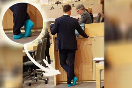 ФОТО: Со чорапи во Парламентот- министерот Гернот Блимел предизвика политичка бура со еден гест