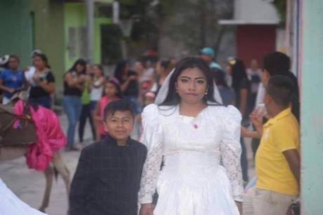 Фотографија од свадба ги згрози сите- луѓето се прашуваат колку години има младоженецот, а ова е објаснувањето