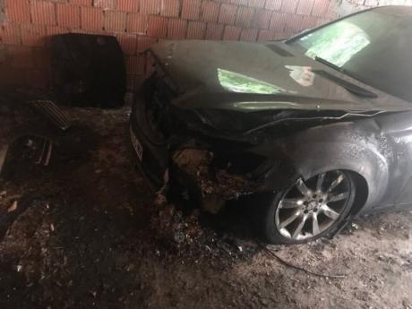 ФОТО: Маскирани мажи упаднале во гаражата и го запалиле автомобилот на српската пејачка