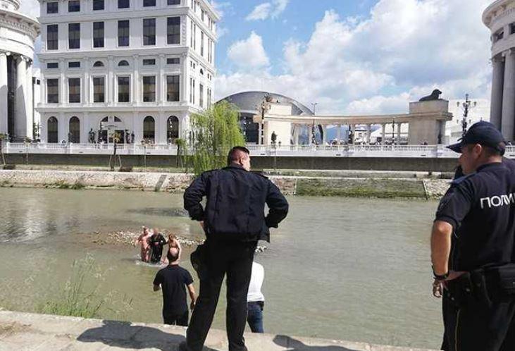 """ФОТО: """"Алфите"""" спасија маж од водите на Вардар"""
