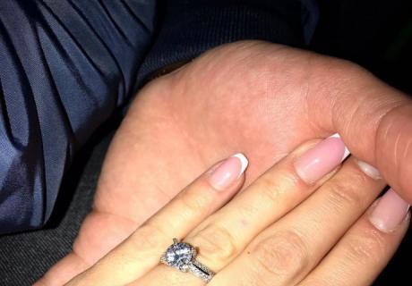 ФОТО: Ѕвездата на Гранд се вери пред два месеци, а сега се омажи – блесна во венчаница со длабоко деколте