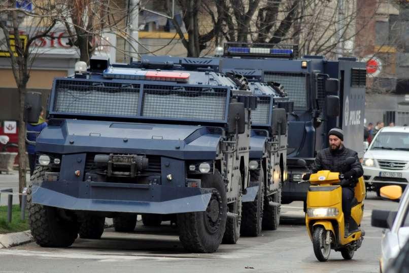 Српски оклопни возила тргнаа на Косово