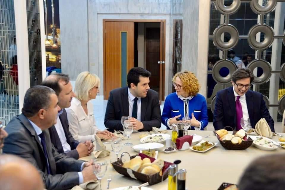 ФОТО: Претседателот кој се радуваше на салфетката