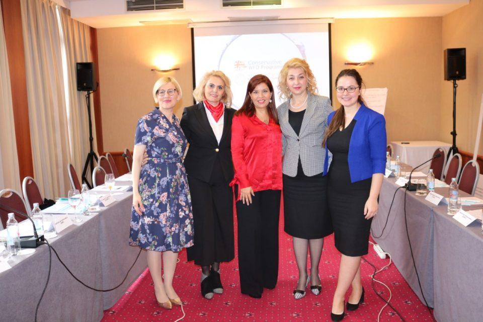 Претседателката на УЖ на ВМРО ДПМНЕ Благица Ласовска и генералниот секретар Лилјана Затуровска на меѓународна конференција во Загреб