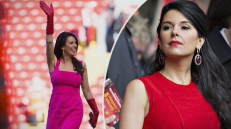 Првата дама на Ливерпул на високи потпетици и во тесен фустан играше фудбал (ВИДЕО)