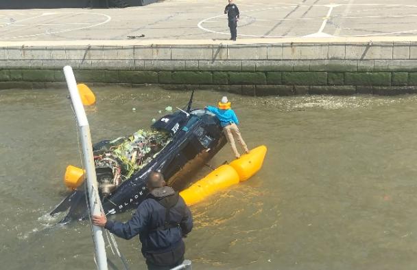 Хеликоптер се урна во река, пилотот се спаси
