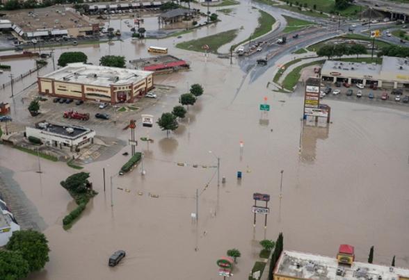 Најмалку 6 лица загинаа: Големи поплави и невреме, автопатишта претворени во езера