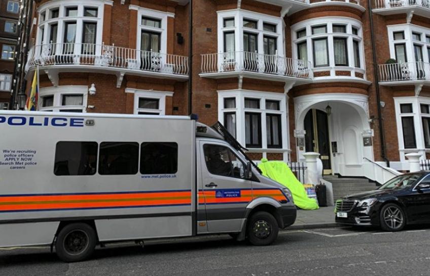 Бараат важни документи: Полицијата заплени предмети на Асанж од еквадорската амбасада  (ВИДЕО)