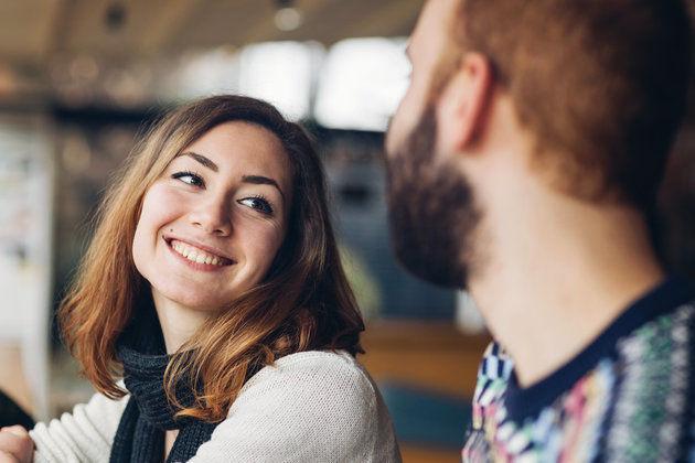 Како да знаете дали некој е љубезен со вас или флертува?