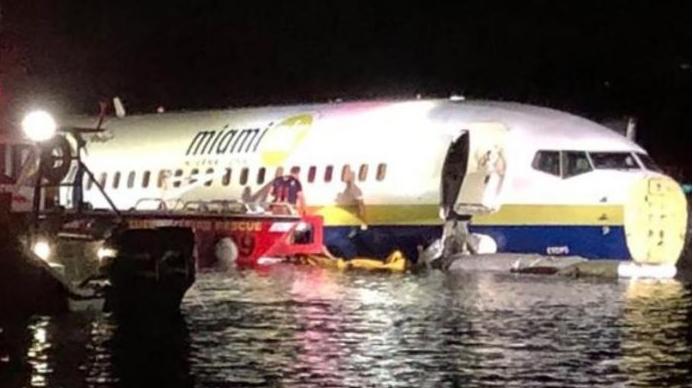 Авион се лизна од пистата и падна во река