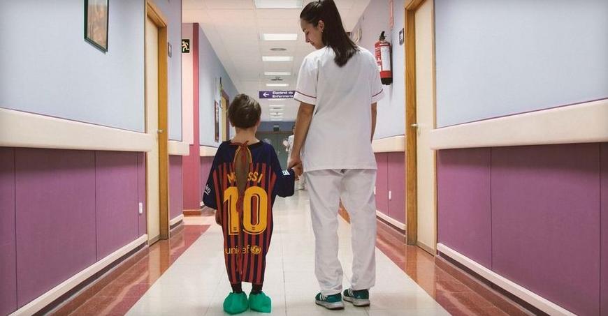 ВИДЕО: Болница направи прекрасен гест за болни дечиња фанови на Меси, Рамос, Гризман…