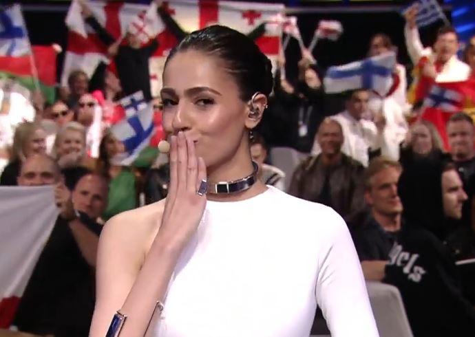 Водителката на Евровизија ги надмина границите: Се појави без градник, а камерите пренесоа во живо како едната града и излета од фустанот
