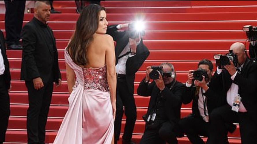 Згодна дама во розово, висок шлиц и длабоко деколте: Погледнете зошто Ева измами воздишки кај сите (ФОТО)