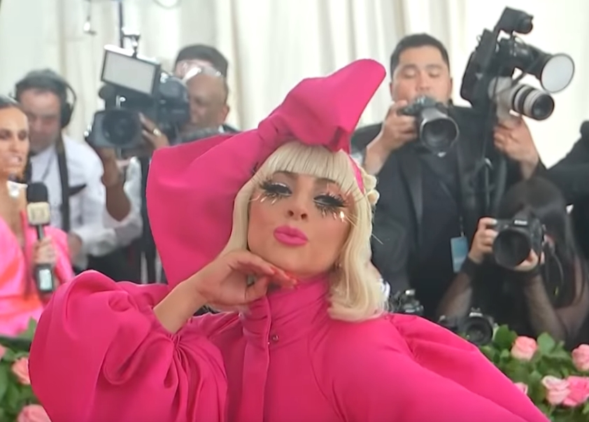 Во овие изданија само таа е храбра да се појави: Погледнете што направи Лејди Гага со својот изглед во само неколку часа (ВИДЕО)