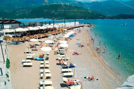 За оние кои ќе одат на летување во Црна Гора ова се цените на лежалка, кафе, брза храна