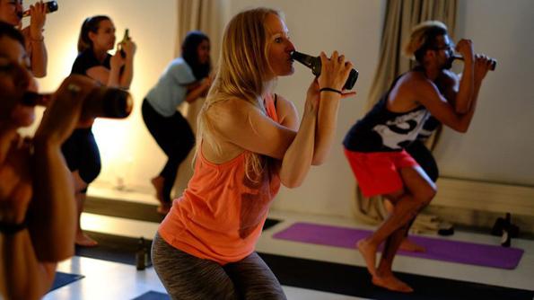 Нова бесна јога: Со пцуење, викање и пиење пиво до рамнотежа