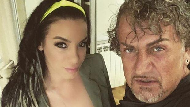 20 години помладата сопруга на познатиот српски актер и комичар позираше топлес: Со рацете едвај ги прекри бујните гради (ФОТО)