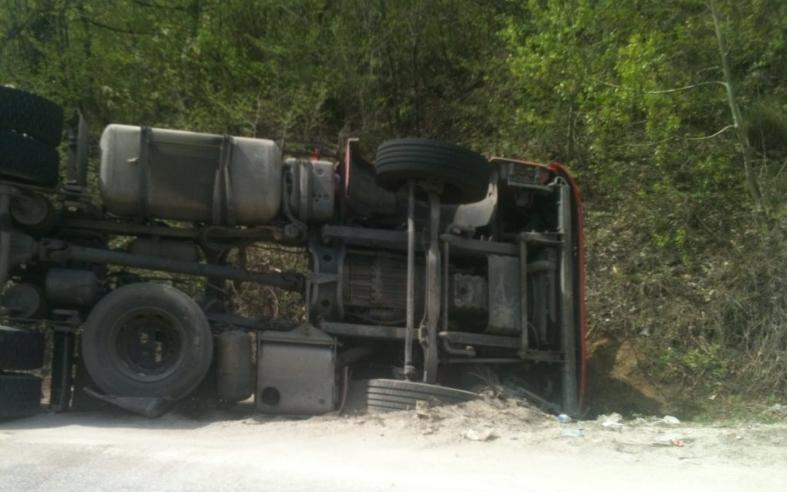 Камион се преврте на автопатот Демир Капија-Миравци, возачот повреден