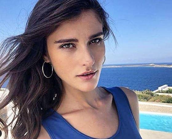 ФОТО: Топ моделот Катарина Ивановска позираше топлес на плажа во Грција