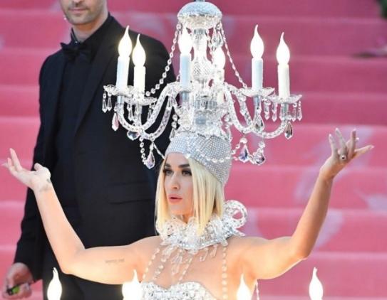 ФОТО: Се појави со лустер на себе- Пејачката сега стави чудо на главата