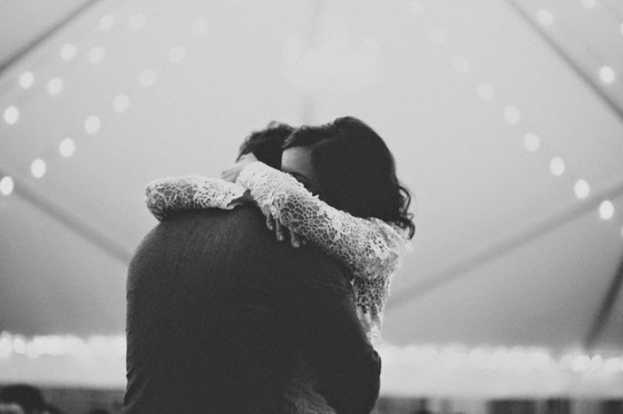 Кога мажот ја прегрнува жената која ја сака…