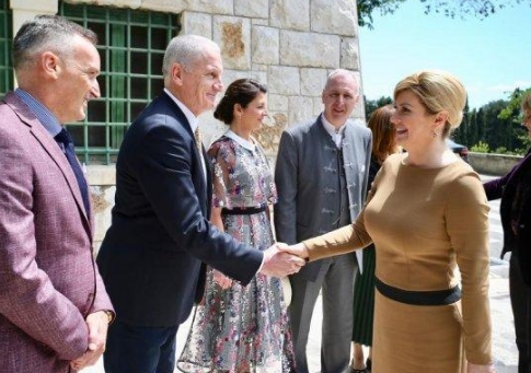 ФОТО: Колинда се пофали со витката фигура во тесен фустан- сите погледи беа вперени во нејзините колкови