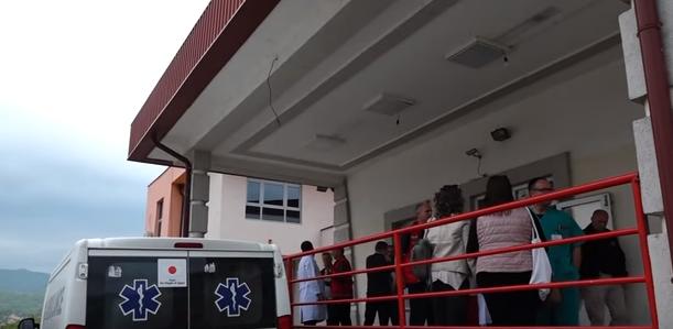 ВИДЕО: Се полнат болниците со повредени, оклопни возила го обезбедуваат теренот, тензијата на Косово се зголемува