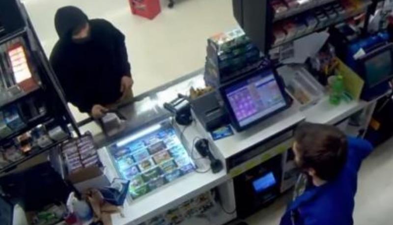 Со секира сакал да ограби продавница: По неколку секунди падна на колена и молеше за милост (ВИДЕО)