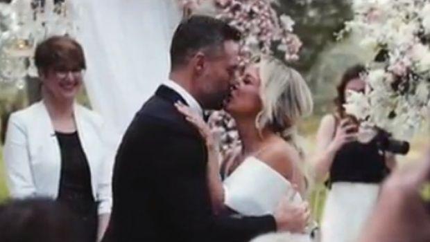 """Богатиот бизнисмен """"не знаеше"""" каде да ја гледа: Хрватската пејачка со деколте до папокот блесна во бело на луксузна венчавка (ВИДЕО)"""