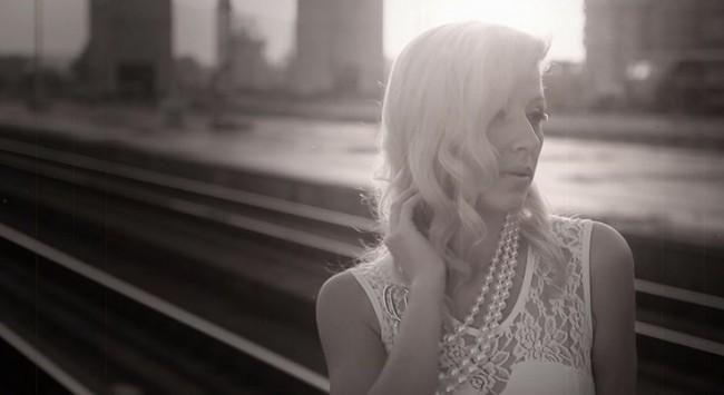 Oваа позната пејачка остави се во Македонија, ги избриша спотовите со жешки сцени и тајно се омажи за богат нашинец во Австралија