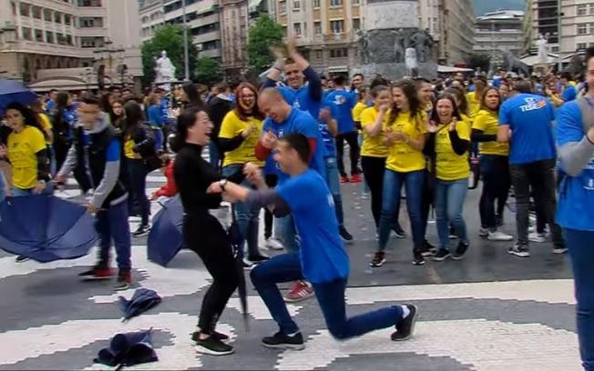 """И тоа се случи: Запросување на """"Матурската парда"""" – момче клекна пред својата девојка"""