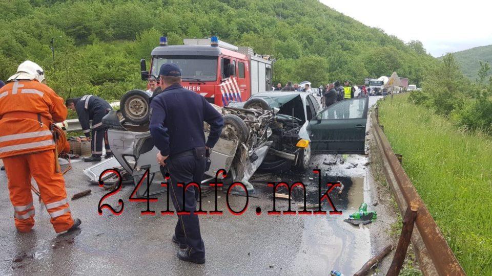 """Пожарникарите се обидуваат да го извадат возачот на """"Сузукито""""- Страшна сообраќајна несреќа во Македонија! (ФОТО)"""