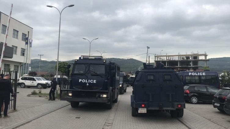 ВИДЕО: Пробиени барикадите во селото Зупче, пукањето продолжува, ранети двајца Срби, Вучиќ испрати војска на границата