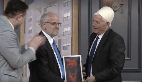 """ВИДЕО: Џафери ја доби """"Голема Албанија"""" на подарок"""
