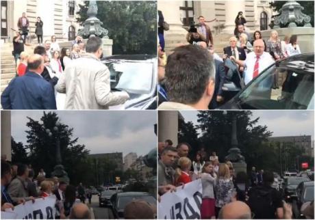 ВИДЕО: Инцидент пред српското Собрание- Шешељ со автомобил ги истурка пратениците на Двери