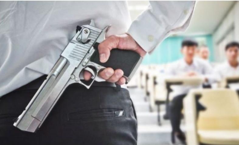 Флорида: Наставниците ќе можат да носат оружје во училница