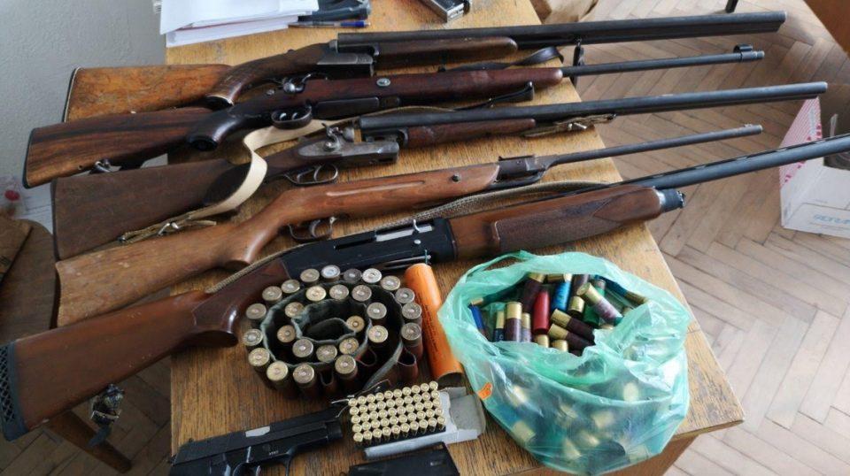 Полицијата влезе во домот на битолчанец: Пронајдоа огромна количина оружје (ФОТО)