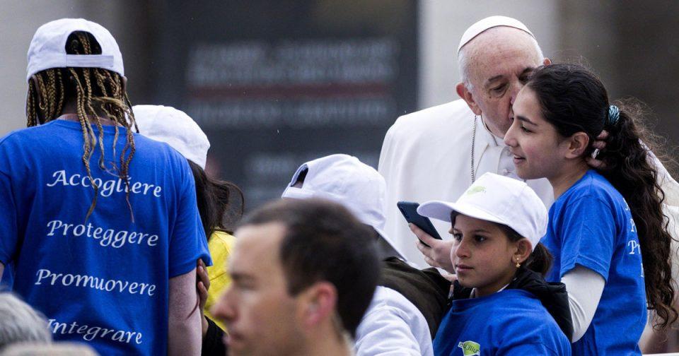 """Деца мигранти се возеа со папата во """"папамобилот"""" (ФОТО)"""