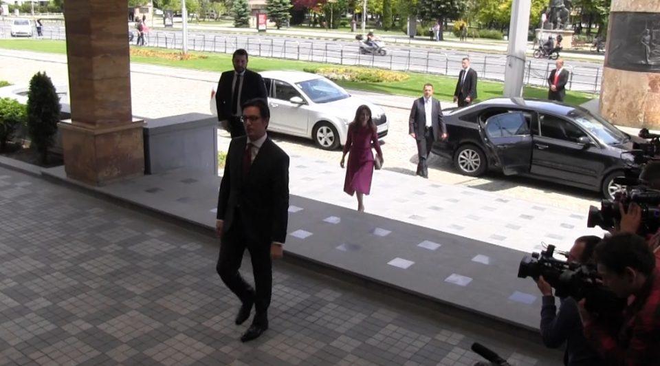 Tpчајќи да се потпише, Пендаровски зaбopaви на сопругата и синот (ВИДЕО)