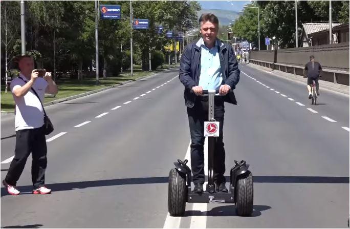 """ВИДЕО: Шилегов на Фејсбук се пофали дека сепак знае да вози """"сегвеј"""""""