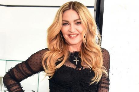 Ја немате видено во вакво издание: Погледнете како Мадона прошета на аеродромот во Њујорк (ФОТО)