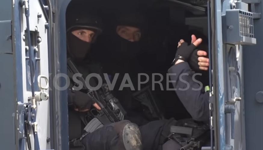 Косовски специјалец покажува двоглав орел при апсење на Србин (ВИДЕО)